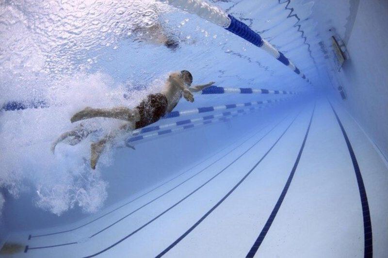 Pływanie a odchudzanie – czy warto postawić na ten sport, gdy chce się zrzucić kilka kilogramów?
