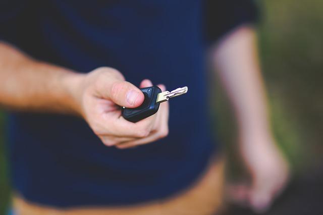 Wypożyczalnie samochodów – dlaczego warto korzystać z ich usług?