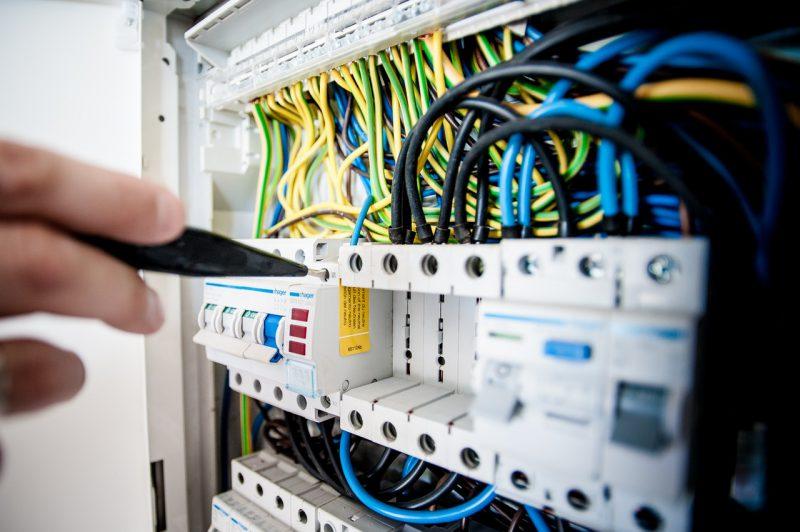 Usługi elektryczne – jak wybrać rzetelną firmę